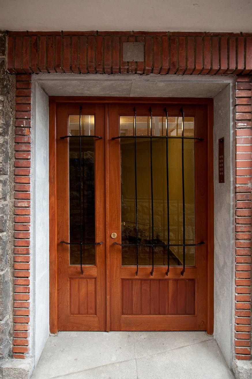 barnizado de puerta de comunidades en Vitoria