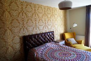Papel pintado vintage en dormitorio.
