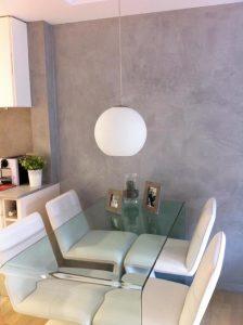 Reforma de salón con micro-cemento en Vitoria-Gasteiz.